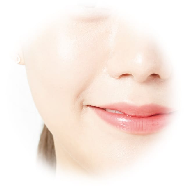 美白※有効成分「トラネキサム酸」がメラニンの生成を抑え、シミ・そばかすを防ぐことで、クリアな透明美肌へと導きます。